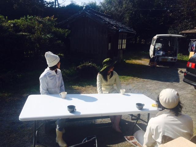 白い服でハチ箱を臨む方々