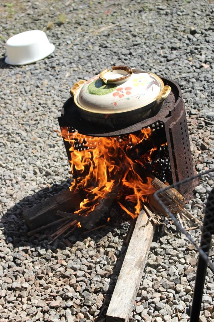 炭火でご飯を焚く