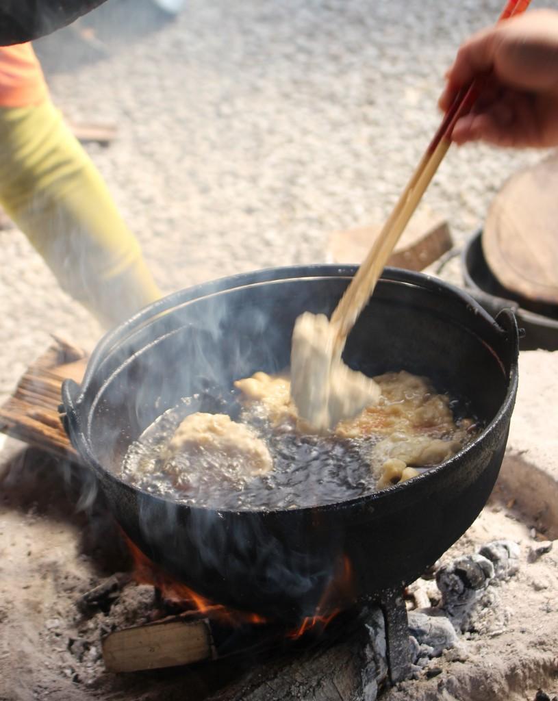 炭火&鉄鍋は高温でどんどん揚ります