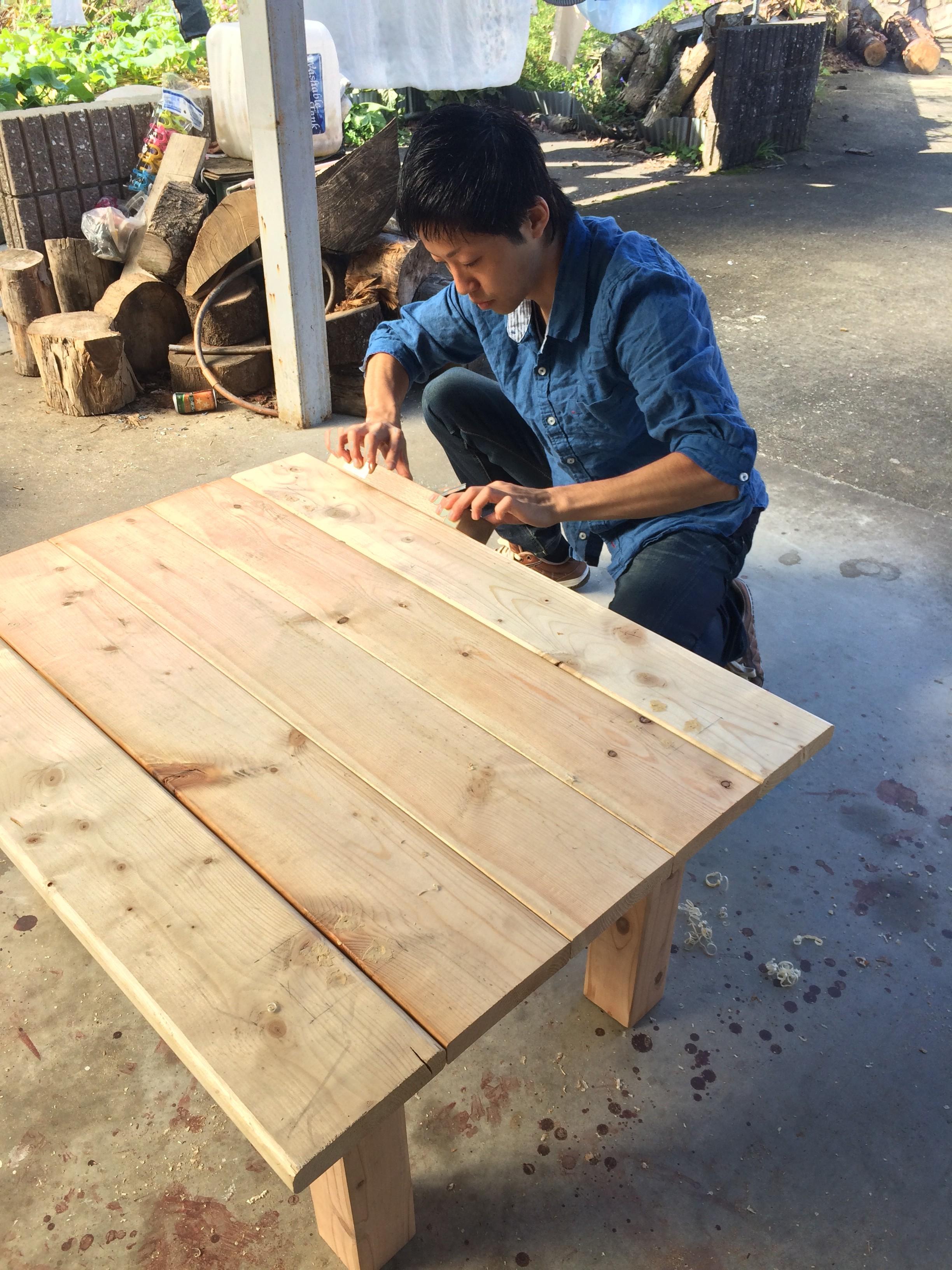 テーブルを制作する慎太さん。大工仕事も様になっています。