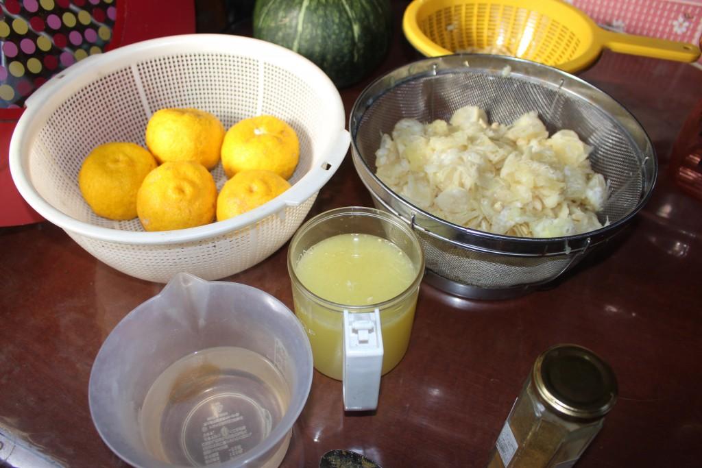 真ん中にあるのが柚子の果汁
