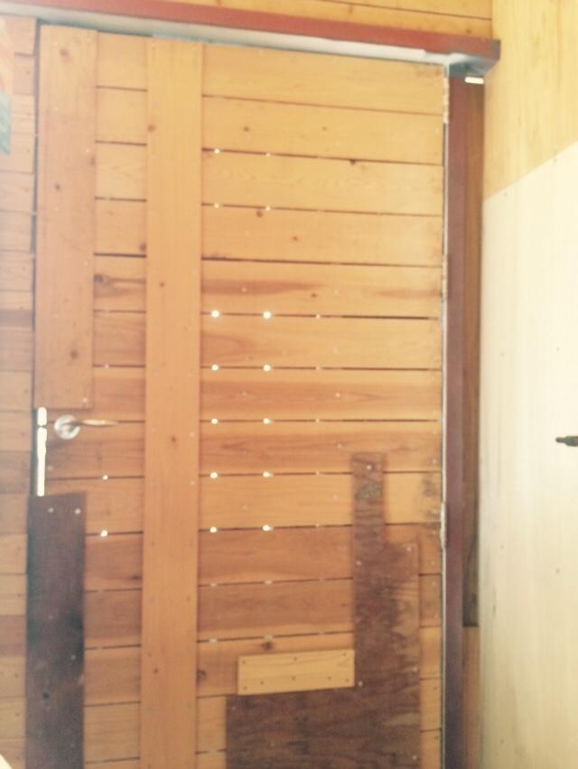 浜崎さんの宿所。お話を伺った事務所の中に扉が。